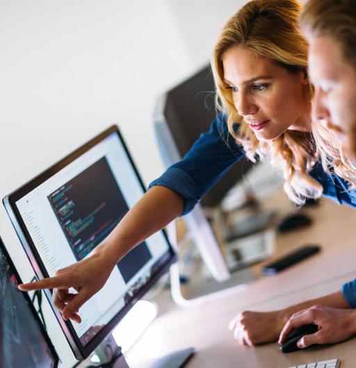 Team arbeitet gemeinsam an einem Softwareprojekt