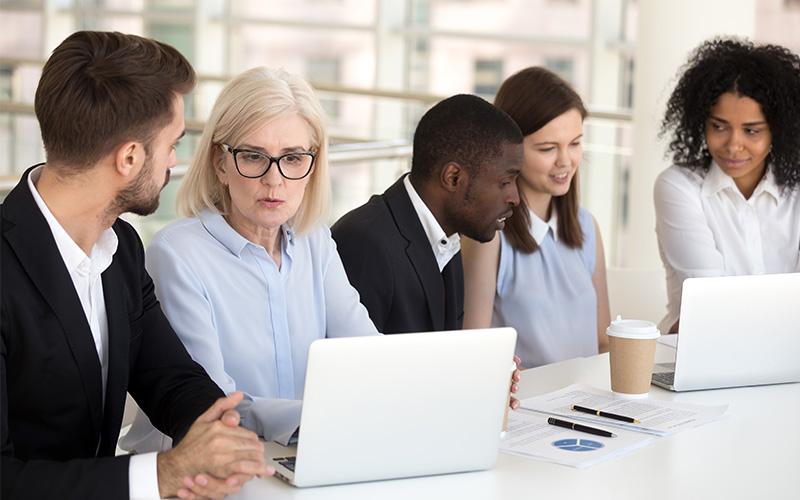 Mitarbeiter stellt Anforderungen im Unternehmen