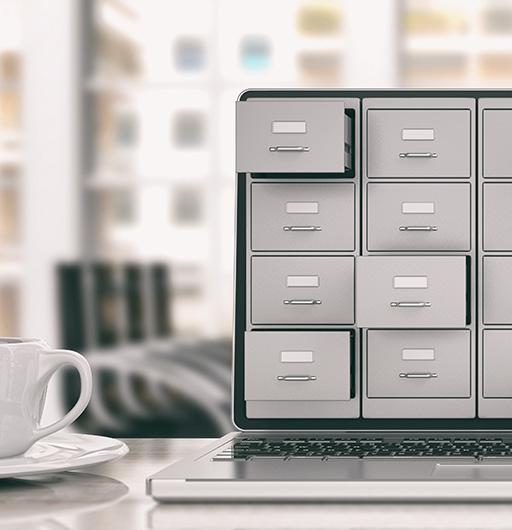 Schubladen mit Akten auf einem Laptop dargestellt