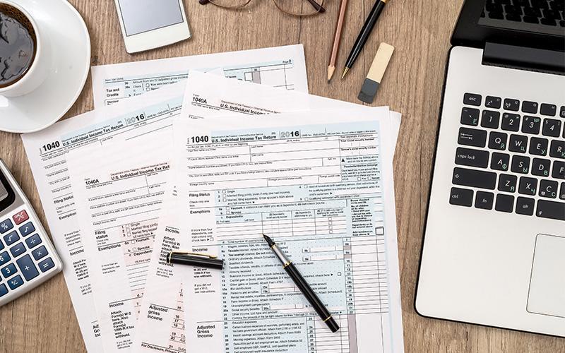 Formulare in Papierform auf einem Schreibtisch