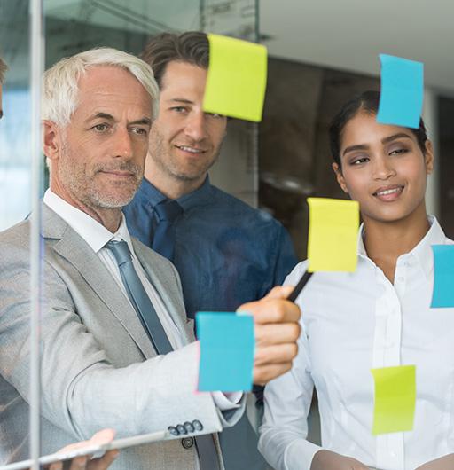 Team arbeitet gemeinsam an einem Prozess